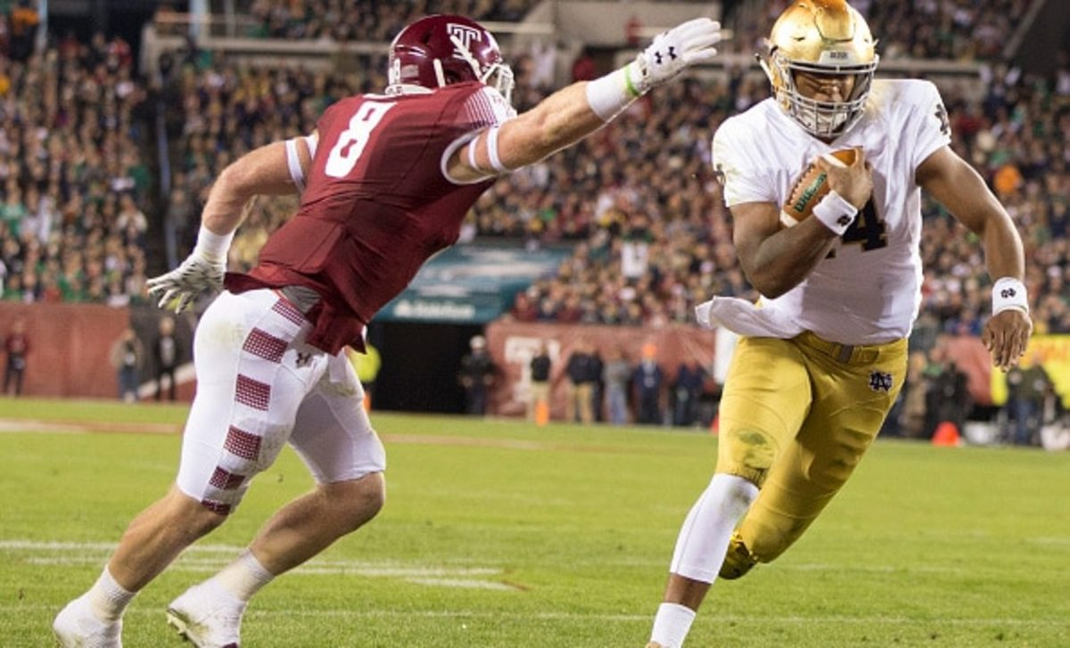 PHILADELPHIA, PA - OCTOBER 31: DeShone Kizer #14 of the Notre Dame Fighting Irish runs past Tyler Matakevich #8 of the Temple Owls to score a touchdown in the first quarter on October 31, 2015 at Lincoln Financial Field in Philadelphia, Pennsylvania. (Photo by Mitchell Leff/Getty Images)